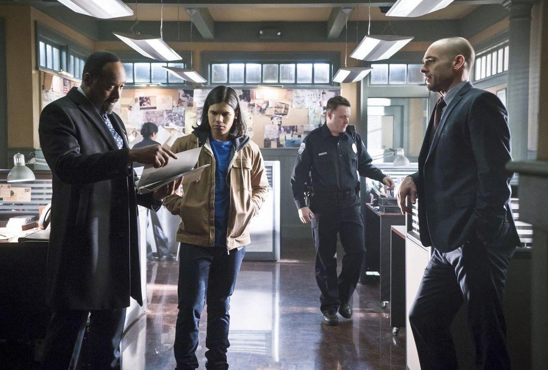 Kann Captain Lance (Paul Blackthorne, r.) Joe (Jesse L. Martin, l.) und Cisco (Carlos Valdes, 2.v.l.) wirklich bei ihren Ermittlungen Dr. Wells betr... - Bildquelle: Warner Brothers.