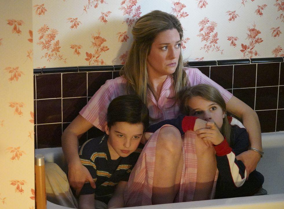 Zeigt ein Tornado Sheldon (Iain Armitage, l.) und Missy (Raegan Revord, r.) wie sehr sie die Führsorge ihrer Mutter Mary (Zoe Perry, M.) brauchen? - Bildquelle: Warner Bros. Television
