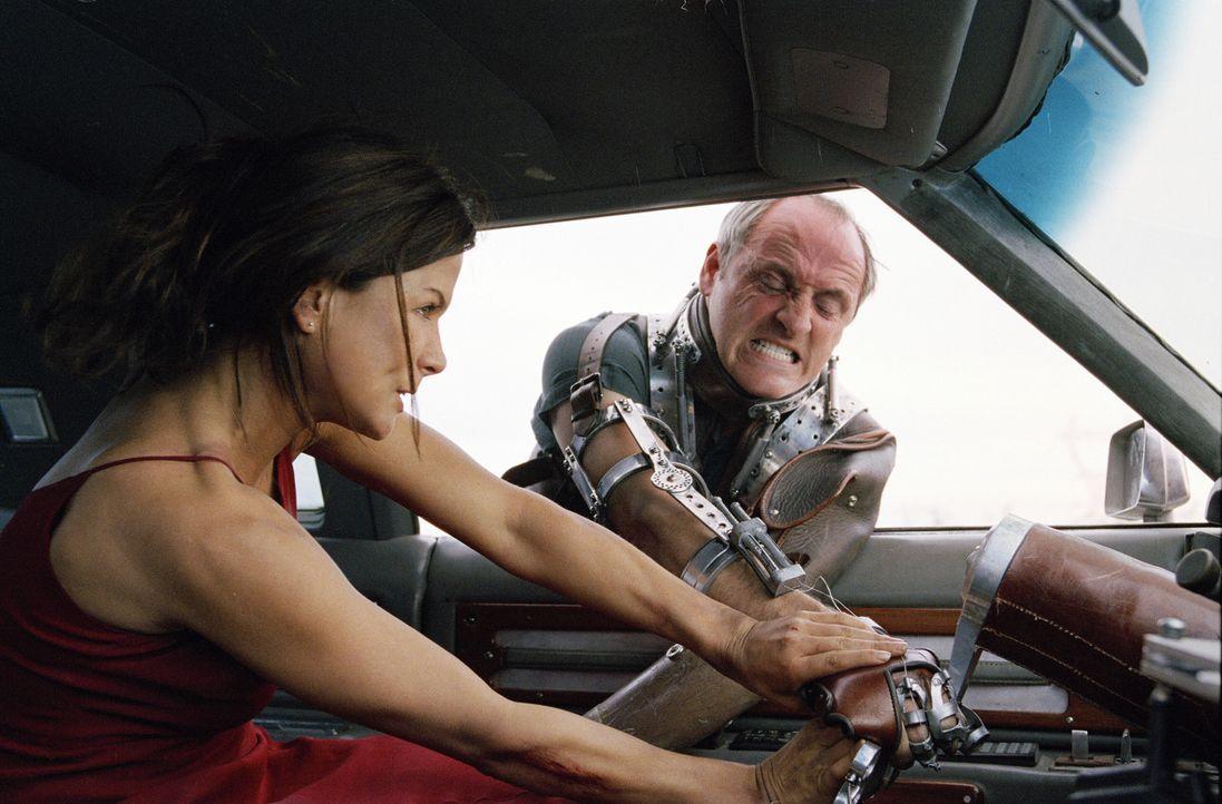 Der psychopathische Killer (Colm Feore, r.) provoziert Autounfälle auf einsamen Autobahnen. Wenn seine weiblichen Opfer aussteigen, um den Schaden... - Bildquelle: Warner Bros.