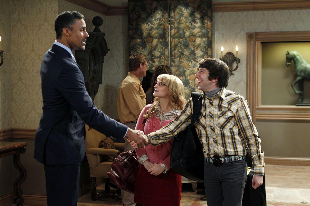 Nachdem Bernadette (Melissa Rauch, M.) und Howard (Simon Helberg, r.) Bernadettes Ex-Freund Glenn (Rick Fox, l.) getroffen haben, macht sich Howard... - Bildquelle: Warner Bros. Television