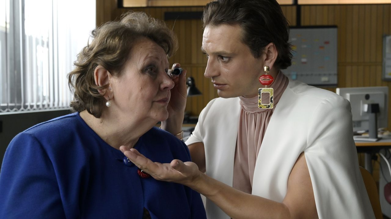 Mama Jordan (Swetlana Schönfeld, l.); Alex (Jaime Ferkic, r.) - Bildquelle: Christiane Pausch ProSieben / Christiane Pausch