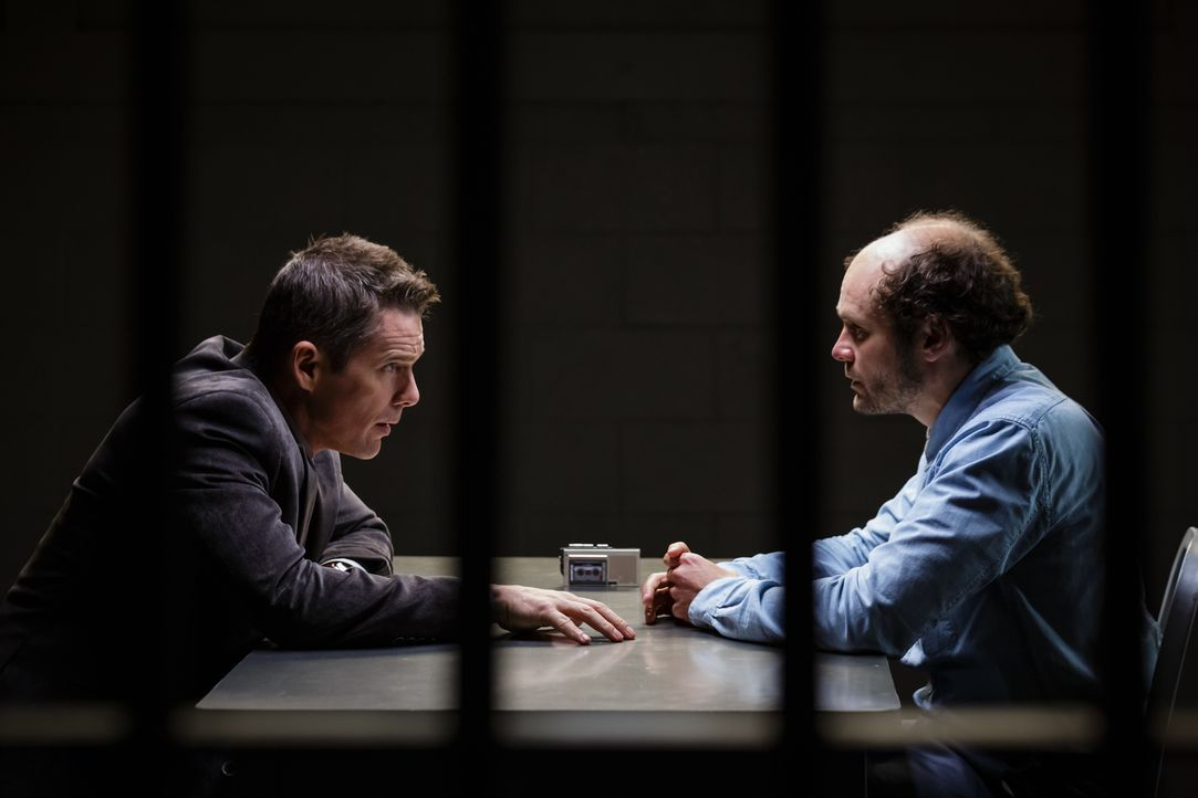 Bruce Kenner (Ethan Hawke, l.) ermittelt gegen John Gray (David Dencik, r.), der seine 17-jährige Tochter sexuell missbraucht haben soll. Doch der F... - Bildquelle: Tobis Film