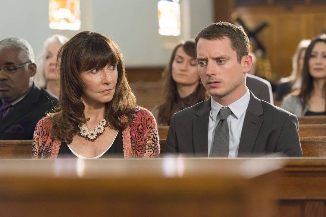 Als das Leben von Ryan (Elijah Wood, r.) und Catherine (Mary Steenburgen, l.) sich plötzlich ändert, stellen sie sich Fragen über die Vergangenheit... - Bildquelle: 2013 Bluebush Productions, LLC. All rights reserved.
