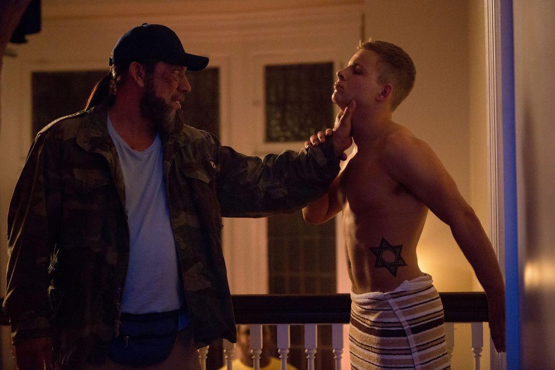 Hammer (Jonathan Lipnicki, r.) vergeht schon bald Lachen, als er erkennt, dass der alte Mann, Vietnamveteran Frank Vega (Danny Trejo, l.), viel mehr... - Bildquelle: 2013 Lazer Nitrate, LLC.  All rights reserved.