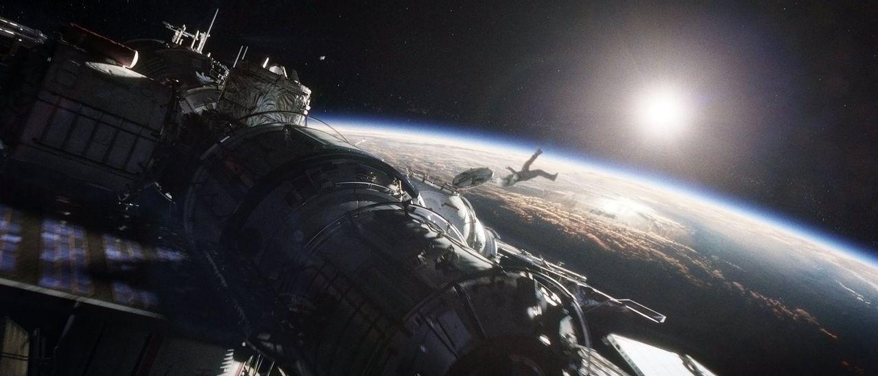 Nachdem ihr Shuttle zerstört wurde, erfährt Ryan (Sandra Bullock) die unendliche Weite des Weltalls am eigenen Leib - und von Rettung ist keine Spur... - Bildquelle: Warner Brothers
