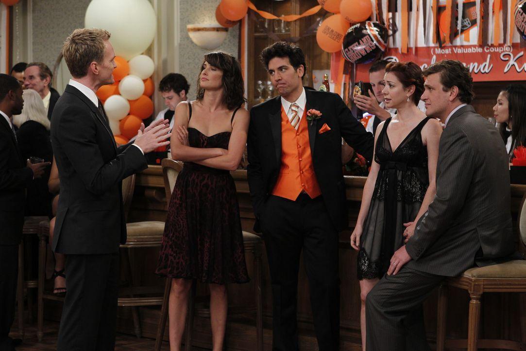 Rückblende an eine ganz spezielle Hochzeit: (v.l.n.r.) Barney (Neil Patrick Harris), Robin (Cobie Smulders), Ted (Josh Radnor), Marshall (Jason Seg... - Bildquelle: 20th Century Fox International Television