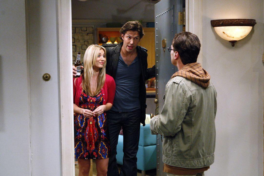 Leonard (Johnny Galecki, r.), Howard, Sheldon und Raj wollen auf dem Dach ein Laser-Experiment durchführen. Als Leonard Penny (Kaley Cuoco, l.) daz... - Bildquelle: Warner Bros. Television