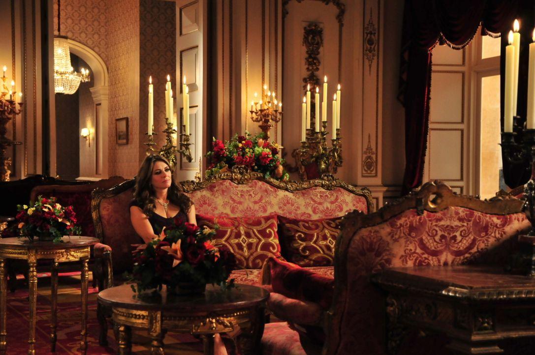 Wird sie an den Intrigen von Prinz Cyrus zu Grunde gehen? Königin Helena (Elizabeth Hurley) ... - Bildquelle: Helen Vidler 2014 E! Entertainment Media, LLC