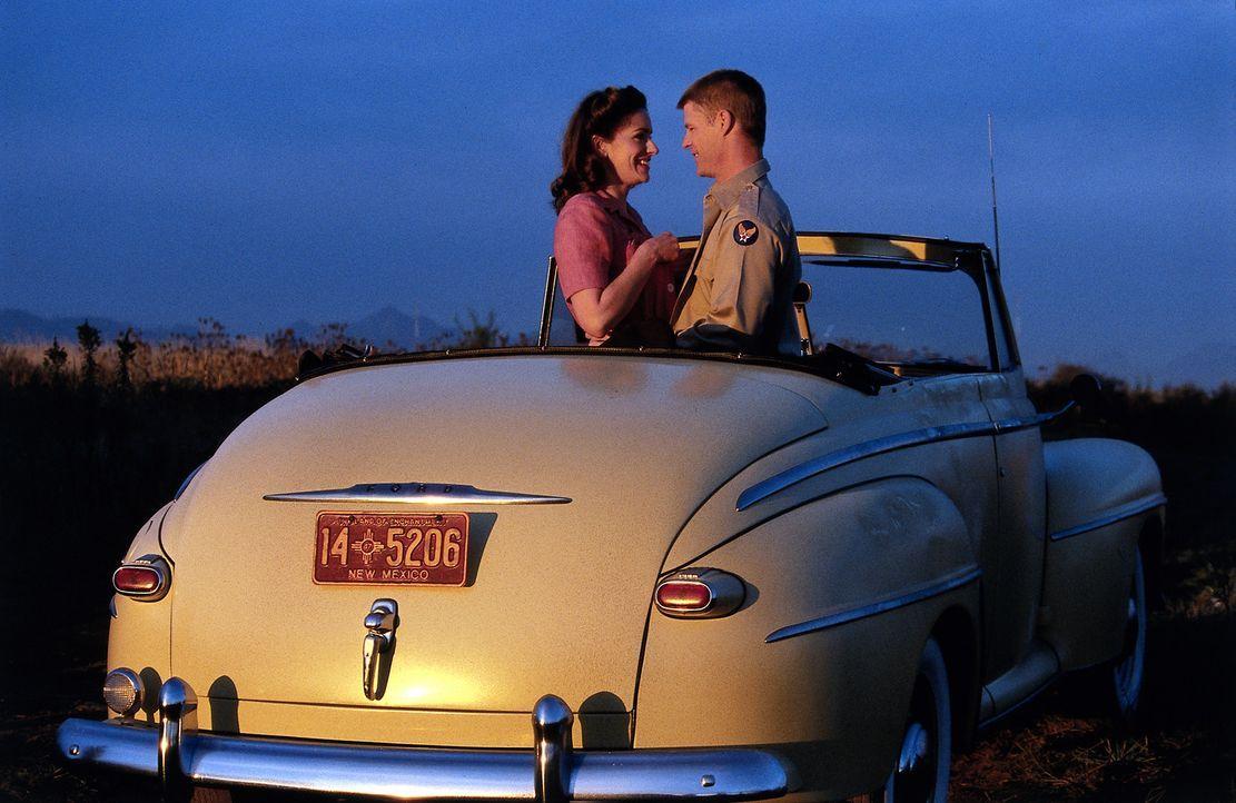 Als Anne (Tina Holmes, l.) Owen Crawford (Joel Gretsch, r.) kennen lernt, verliert sie schon bald ihr Herz an den ehrgeizigen Offizier. Sehr zum Mis... - Bildquelle: TM &   DREAMWORKS LLC.All Rights Reserved