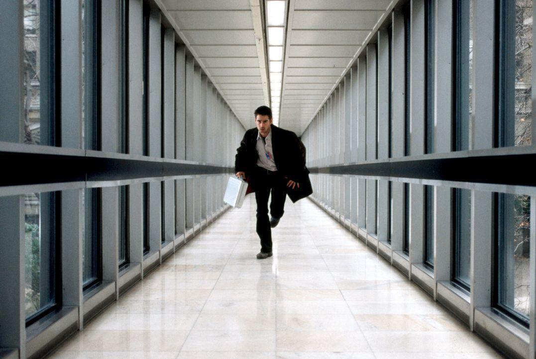 Obwohl sehr misstrauisch, willigt der junge Harvard-Absolvent und brillante Computer-Spezialist James Clayton (Colin Farrell) ein, bei der CIA einzu... - Bildquelle: Kerry Hayes SPYGLASS ENTERTAINMENT GROUP.LP.ALL RIGHTS RESERVED