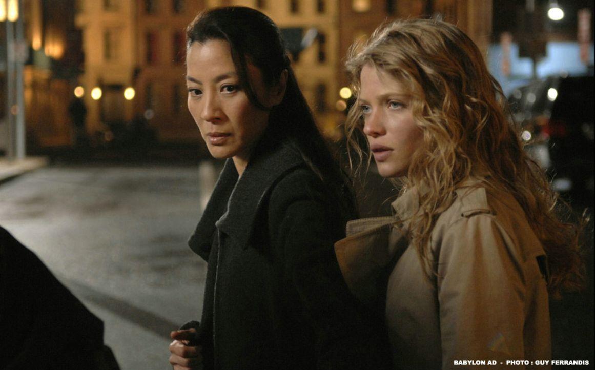 Die resolute Nonne Schwester Rebecca (Michelle Yeoh, l.), die ihren Zögling Aurora (Mélanie Thierry, r.) nach New York begleitet, entpuppt sich al... - Bildquelle: 2008 BABYLON A.D SAS / BABYLON FILMS LIMITED / STUDIOCANAL / M6 FILMS