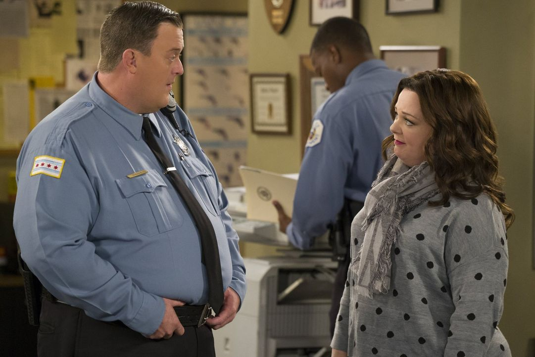 Molly (Melissa McCarthy, r.) macht sich Sorgen um Mike (Billy Gardell, l.), weil dieser nach dem Diebstahl seines Geldbeutels plötzlich die Verbrech... - Bildquelle: Warner Brothers