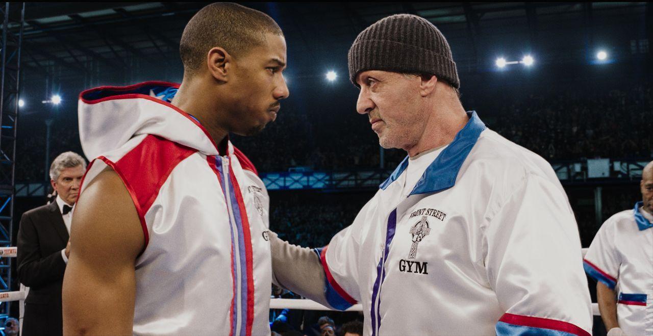 Als Rocky (Sylvester Stallone, r.) die Trainerrolle für den jungen Boxer Adonis Johnson (Michael B. Jordan, l.) übernimmt, ahnt er nicht, dass der u... - Bildquelle: 2015 Warner Bros. Entertainment Inc. and Metro-Goldwyn-Mayer Pictures Inc.  All Rights Reserved.