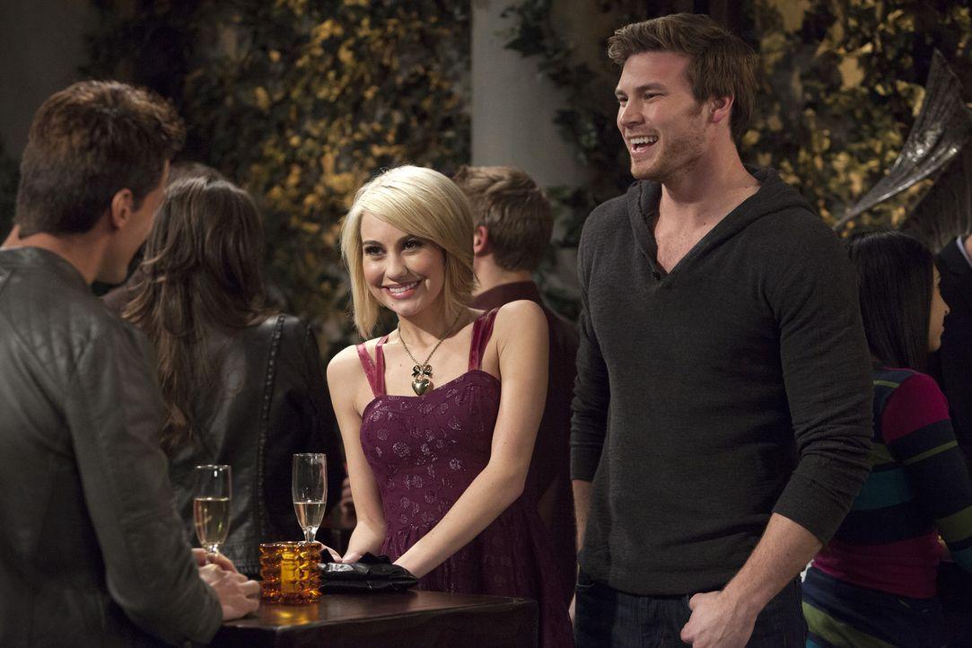 Danny (Derek Theler, r.) versucht, Riley (Chelsea Kane, M.) mit seinem neuen, heißen Teamkameraden (Antonio Sabato Jr., l.) zu verkuppeln, doch der... - Bildquelle: Bruce Birmelin ABC Family