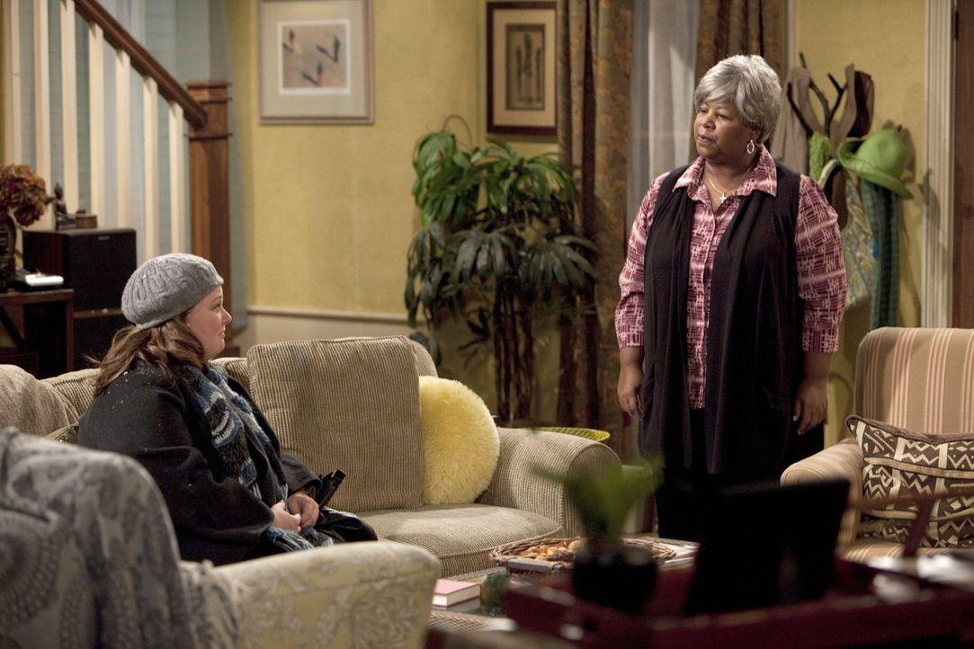 Überlegen, wie sich Mike und Carl wieder vertragen können: Molly (Melissa McCarthy, l.) und Carls Großmutter (Cleo King, r.) ... - Bildquelle: 2010 CBS Broadcasting Inc. All Rights Reserved.
