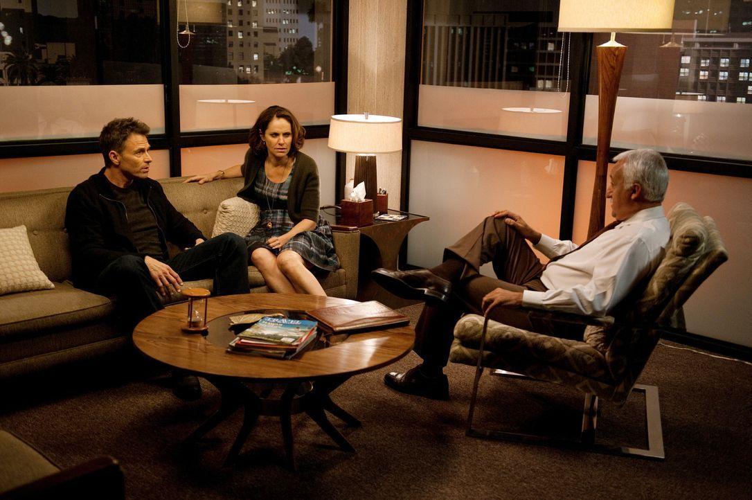 Amelia igelt sich emotional völlig ein und geht ihren Kollegen aus dem Weg, während Pete (Tim Daly, l.) und Violet (Amy Brenneman, M.) mit einem T... - Bildquelle: ABC Studios