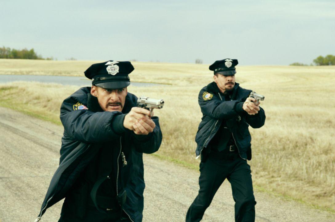 Die Streifenpolizisten Jack (Kent Harper, l.) und Jim (French Stewart, r.) ahnen nicht, dass sie nur noch wenig Zeit für ihre makaberen Spielchen ha... - Bildquelle: 2008 Warner Brothers