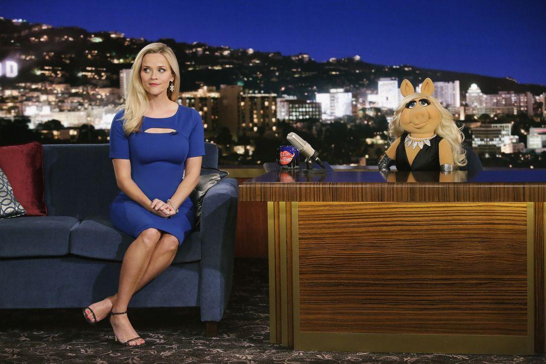 """Reese Witherspoon (l.) ist zu Gast bei """"Up Late with Miss Piggy"""". Dort gerät sie mit Miss Piggy (r.) aneinander ... - Bildquelle: Nicole Wilder ABC Studios"""