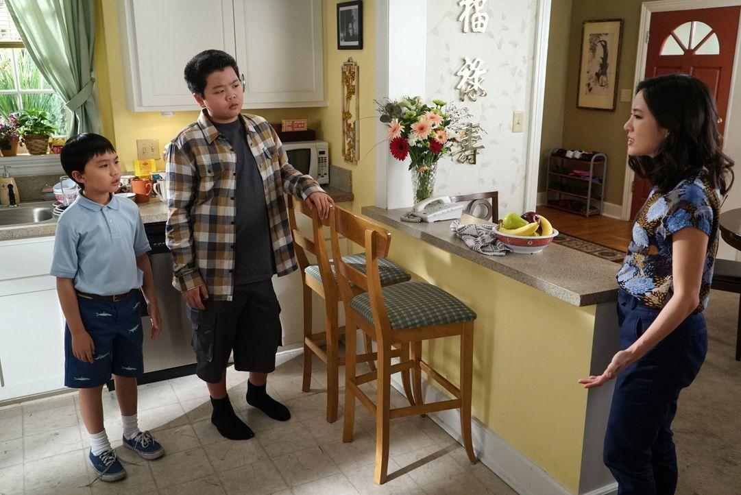 Jessica (Constance Wu, r.) ist nicht begeistert, dass ihre Söhne Eddie (Hudson Yang, M.) und Evan (Ian Chen, l.) sich nicht an die Regeln halten ... - Bildquelle: 2016-2017 American Broadcasting Companies. All rights reserved.