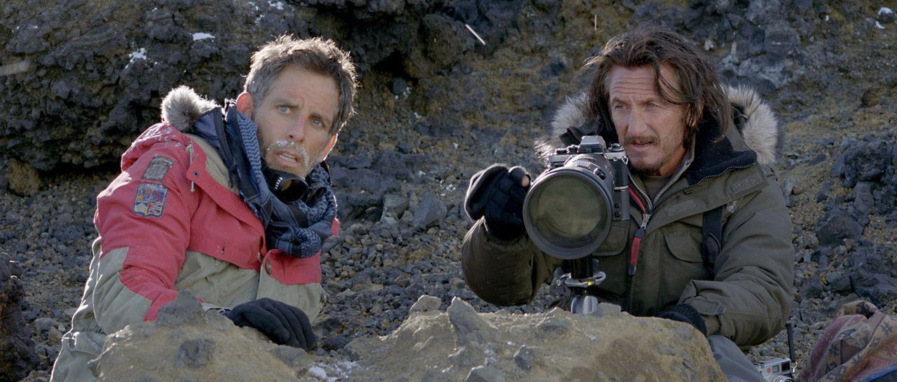 Die Suche nach dem exzentrischen Fotographen Sean O'Connell (Sean Penn, r.) führt den sonst so zurückgezogen lebenden Walter Mitty (Ben Stiller, l.)... - Bildquelle: 2013 Twentieth Century Fox Film Corporation.  All rights reserved.