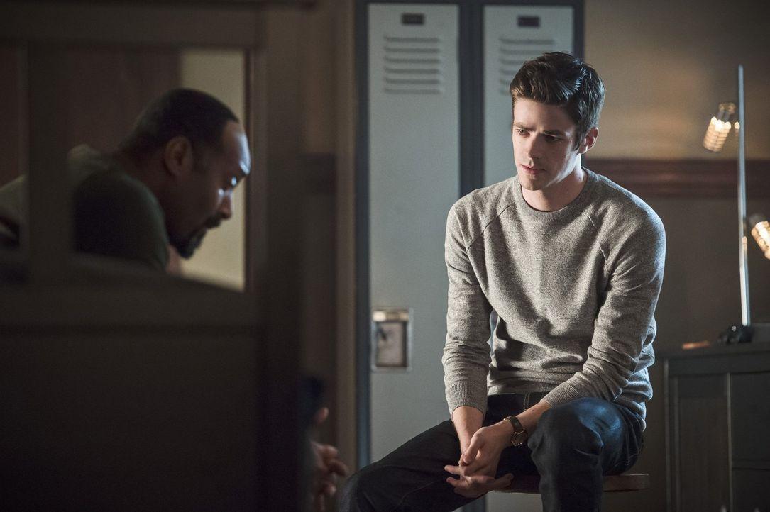 Auch wenn Joe (Jesse L. Martin, l.) seinen Sohn unbedingt wiederhaben will, hofft er darauf, dass Barry (Grant Gustin, r.) dafür nicht seine Schnell... - Bildquelle: Warner Bros. Entertainment, Inc.