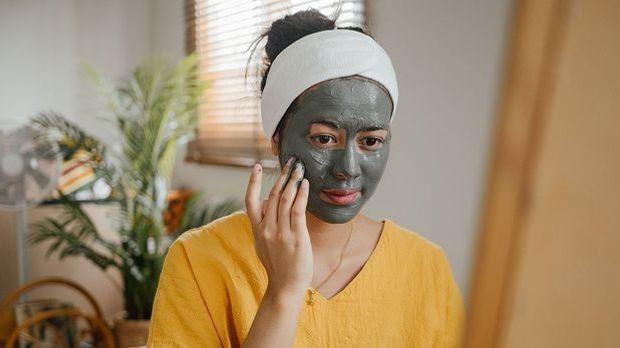 Aktivkohle ist den meisten von uns bekannt als Inhaltsstoff für Gesichtsmaske...