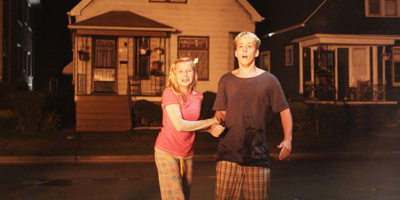 In letzter Sekunde kann Sam (Michael Paul Place, r.) seine Schwester Jenna (Catherine Towne, l.) retten, doch ihre Eltern kommen bei dem Brand ums L... - Bildquelle: Flashback Films, LLC