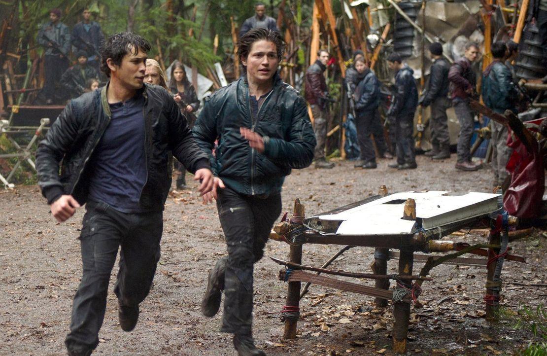 Als Bellamy (Bob Morley, l.) und seine Armee nahe am Abgrund stehen, hat Finn (Thomas McDonell, r.) eine gefährliche Idee ... - Bildquelle: Warner Brothers