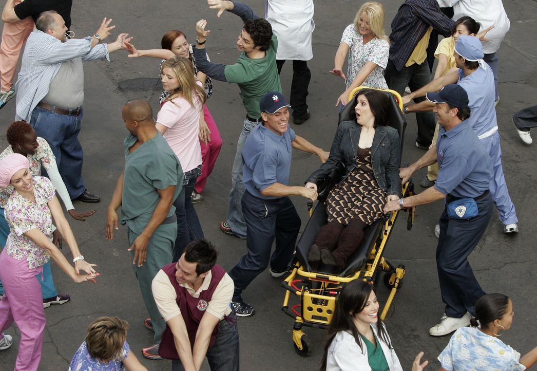 Eine Frau (Stephanie D'Abruzzo, liegend) fällt in Ohnmacht. Als sie wieder erwacht, hört sie sich und alle anderen, einschließlich der Belegschaf... - Bildquelle: Touchstone Television