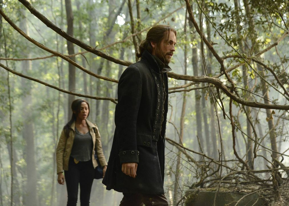 Als ein unidentifizierbarer Junge in Sleepy Hollow auftaucht, merken Ichabod (Tom Mison, r.) und Abbie (Nicole Beharie, l.) schnell, dass etwas mit... - Bildquelle: 2013 Twentieth Century Fox Film Corporation. All rights reserved.