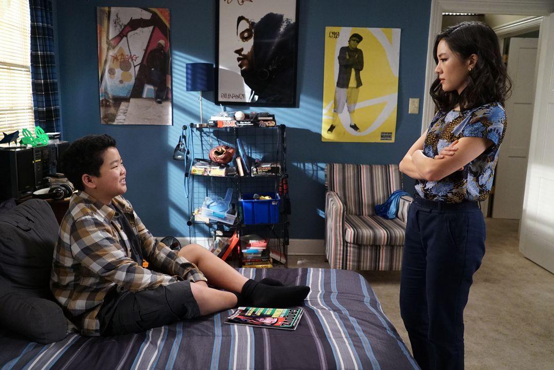 Der vermeintliche Lügenbold Eddie (Hudson Yang, l.) hat immer wieder Stress mit seiner Mutter Jessica (Constance Wu, r.). Was hat er wohl diesmal an... - Bildquelle: 2016-2017 American Broadcasting Companies. All rights reserved.
