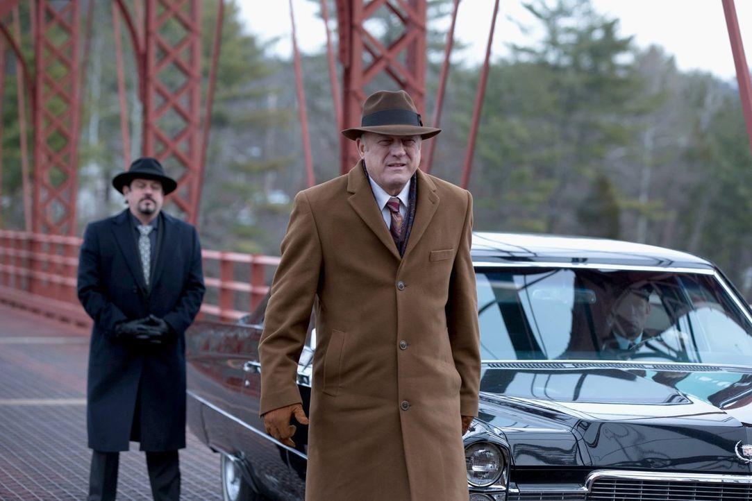 Wird er Bullock behilflich sein, Gordon aus dem Gefängnis zu befreien? Don Falcone (John Doman, vorne) ... - Bildquelle: Warner Brothers
