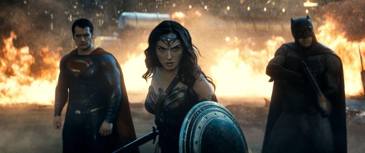 Müssen zusammenarbeiten, um ein mächtiges und böses Monster zu zerstören: Clark Kent alias Superman (Henry Cavill, l.), Diana Prince alias Wonder Wo... - Bildquelle: Warner Bros.