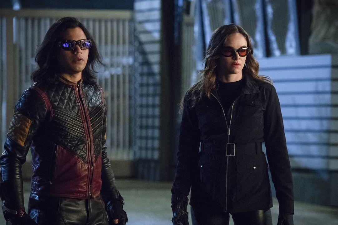 Cisco (Carlos Valdes, l.) und Caitlin (Danielle Panabaker, r.) machen einen gefährlichen Vorschlag, wie sie DeVoe aufhalten könnten. Wird sich Barry... - Bildquelle: 2017 Warner Bros.