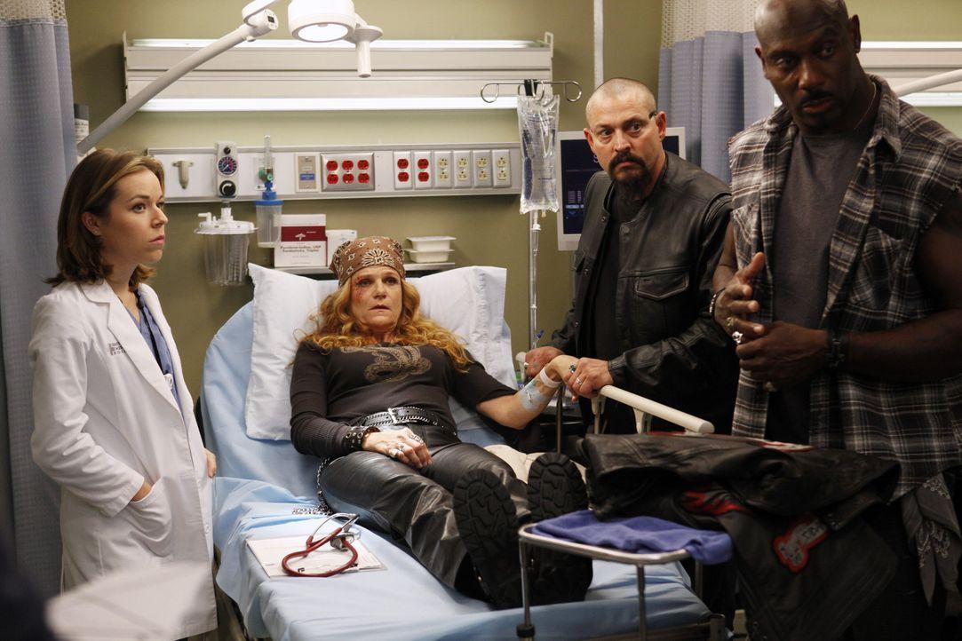 Die Biker Emily 'Gasoline' Bennett (Dale Dickey, 2.v.l.) und Rage (Jaye Razor, r.) machen Heather (Tina Majorino, l.) die Behandlung nicht leicht, w... - Bildquelle: ABC Studios