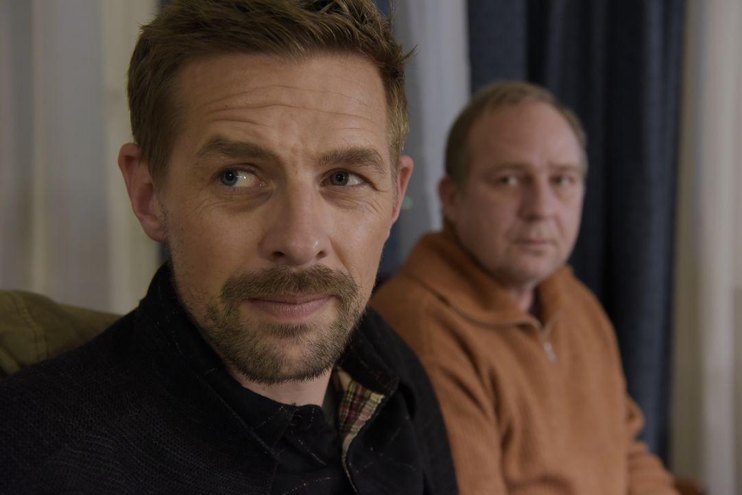 Jan Rothe (Klaas Heufer-Umlauf, l.); Udo Rothe (Uwe Preuss, r.) - Bildquelle: Christiane Pausch ProSieben / Christiane Pausch