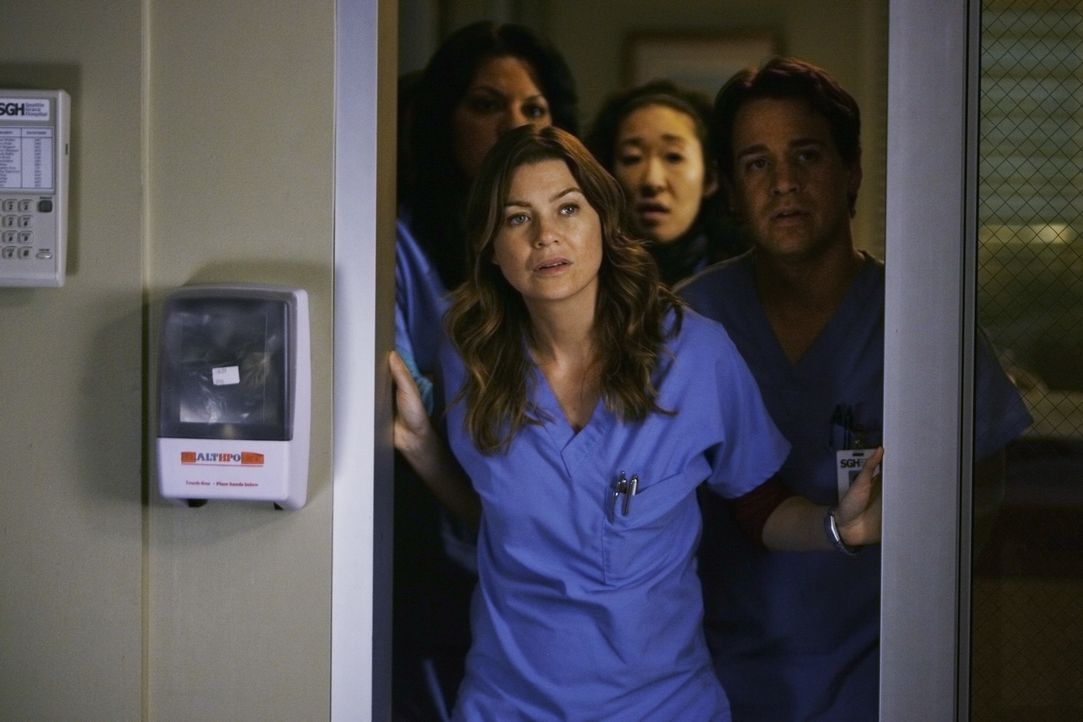 Hoffen, dass Izzie ihre Operation gut überstanden hat: Callie (Sara Ramirez, l.), Meredith (Ellen Pompeo, 2.v.l.), Cristina (Sandra Oh, 2.v.r.) und... - Bildquelle: Scott Garfield 2009 American Broadcasting Companies, Inc. All rights reserved. NO ARCHIVE. NO RESALE.