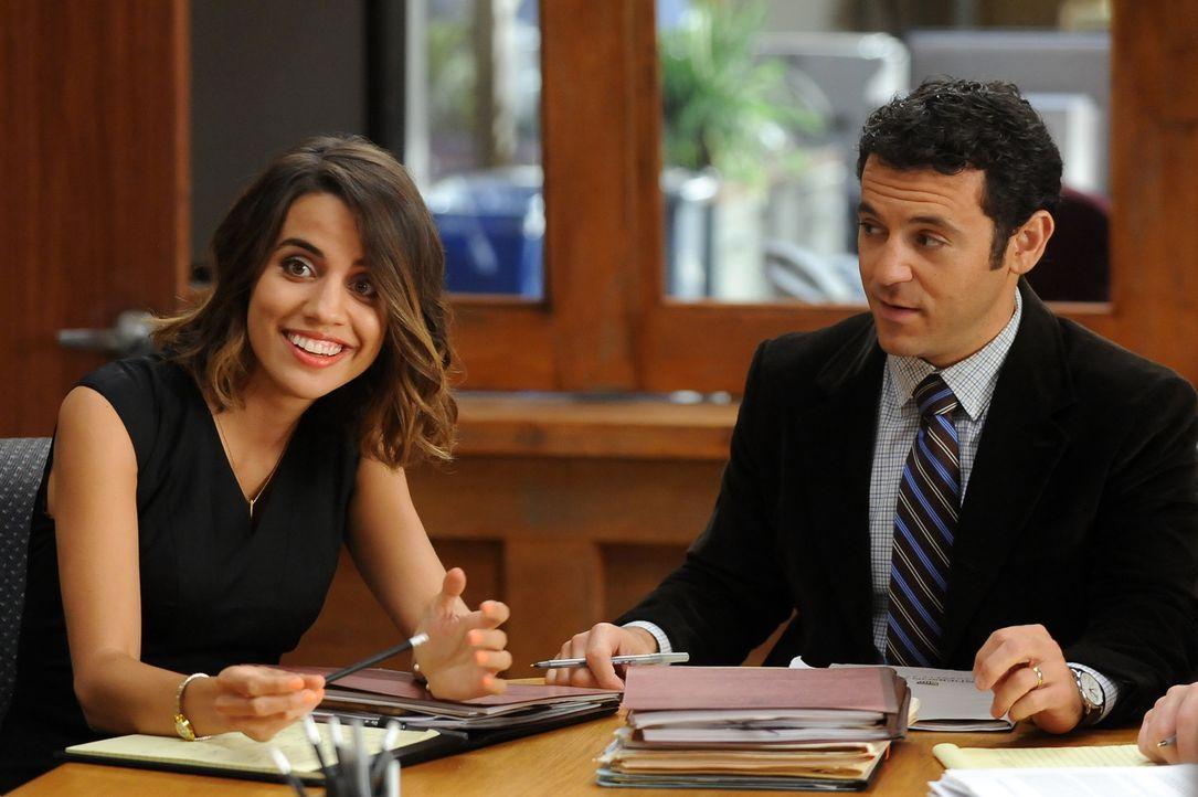 Eigentlich vertraut Stewart (Fred Savage, r.) Claire (Natalie Morales, l.), doch als diese eine Läster-Freundschaft mit seiner Frau beginnt, kommen... - Bildquelle: 2015-2016 Fox and its related entities.  All rights reserved.