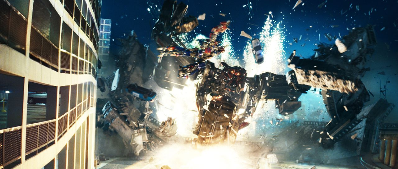 Die bösen Transformer, die Decepticons, wollen eine Weltuntergangsmaschine aus der Versenkung holen, während die guten, unter der Führung der so... - Bildquelle: MMIX DW STUDIOS L.L.C. and PARAMOUNT PICTURES CORPORATION. All Rights Reserved.