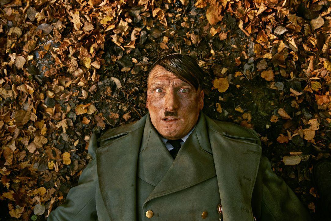 Wir schreiben das Jahr 2014, als Adolf Hitler (Oliver Masucci) 69 Jahre nach dem Ende des Zweiten Weltkrieges bei bester Gesundheit mitten in Berlin... - Bildquelle: 2015 Constantin Film Verleih GmbH.
