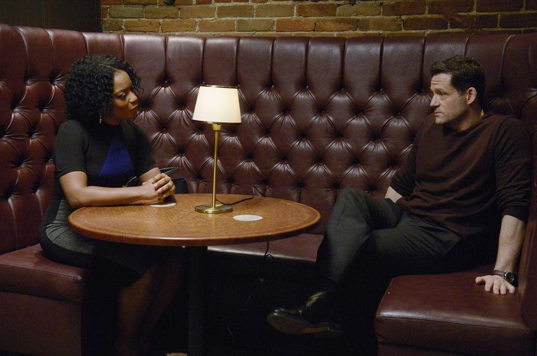 Sind gespannt, ob die Rekruten ihre neue Aufgabe meistern: Liam O'Connor (Josh Hopkins, r.) und Miranda Shaw (Aunjanue Ellis, l.) ... - Bildquelle: Philippe Bosse 2015 ABC Studios