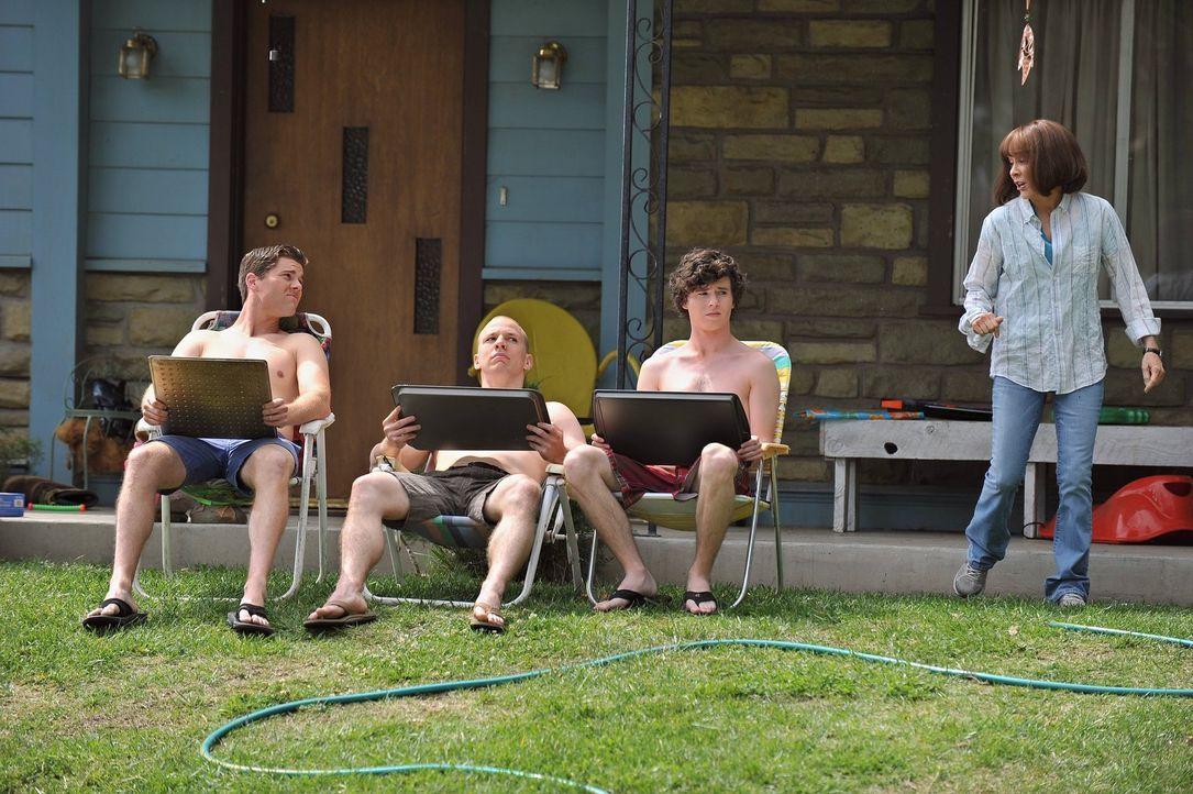 Frankie (Patricia Heaton, r.) rät Sean (Beau Wirick, l.), Darrin (John Gmmon, 2.v.l.) und Axl (Charlie McDermott, 2.v.r.), sich einen Job zu suchen,... - Bildquelle: Warner Brothers