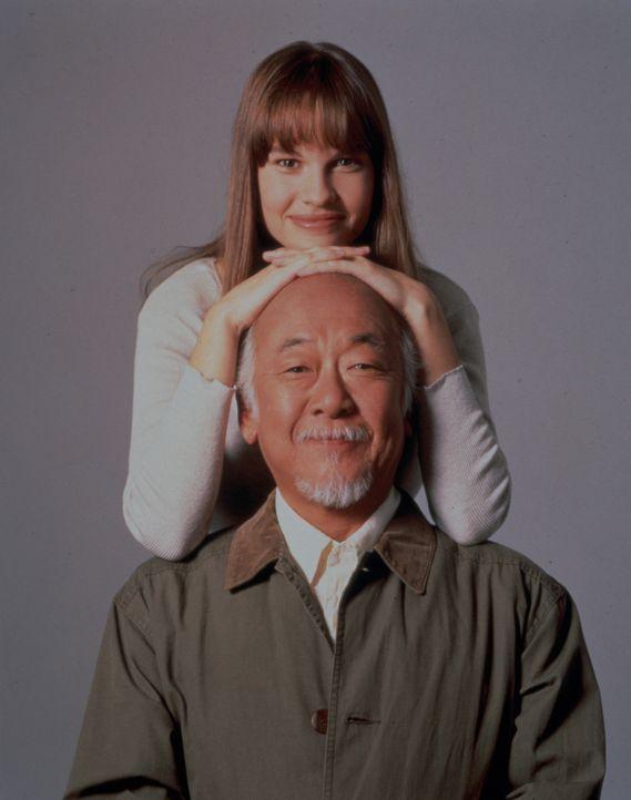 """Nach anfänglicher Ablehnung findet die mürrische und in sich gekehrte Julie (Hilary Swank, oben) Gefallen an Mr. Miyagis (Noriyuki """"Pat"""" Morita, u... - Bildquelle: Columbia Pictures"""