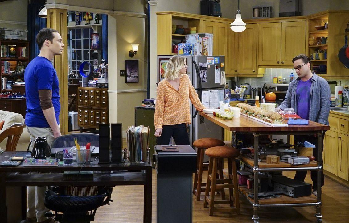 Leonard (Johnny Galecki, r.) ist entsetzt, als Penny (Kaley Cuoco, M.) bei einem Streit zwischen ihm und Sheldon (Jim Parsons, l.) ausgerechnet für... - Bildquelle: 2016 Warner Brothers
