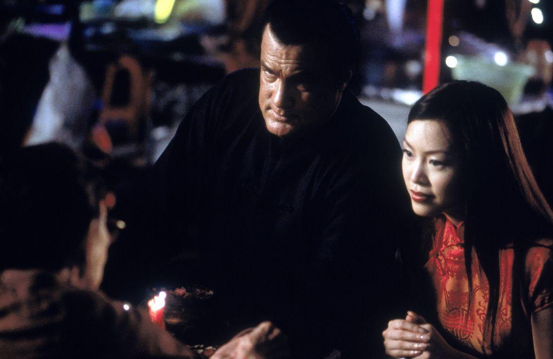 Gemeinsam machen sich Lulu (Monica Lo, r.) und Jake Hopper (Steven Seagal, l.) daran, die zwei Mädchen aus den Händen der skrupellosen Terroristen... - Bildquelle: MGM Home Entertainment