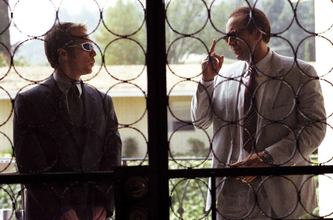 Roy (Nicolas Cage, r.) und Frank (Sam Rockwell, l.) verdienen sich ihren Lebensunterhalt mit dubiosen Geschäften. Eines Tages jedoch taucht Roys 14... - Bildquelle: Warner Bros. Pictures