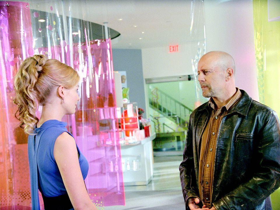 Noch immer liebt FBI-Agent Tom Greer (Bruce Willis, r.) seine Frau Maggie (Rosamund Pike, l.) über alles. Doch seit dem Tod ihres Sohnes hat sie nu... - Bildquelle: Stephen Vaughan Touchstone Pictures.  All Rights Reserved