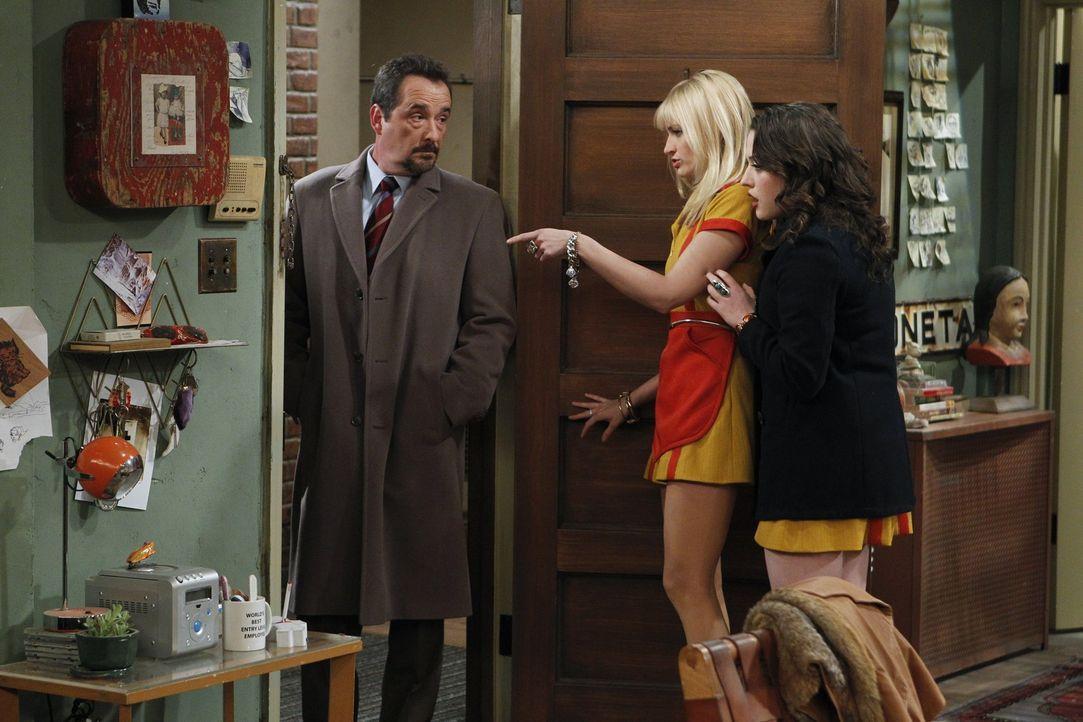 Max (Kat Dennings, r.) und Caroline (Beth Behrs, M.) sind entsetzt: Nicht nur, dass in der Wohnung der neuen Nachbarin Sophie Kachinsky halbnackte M... - Bildquelle: Warner Brothers