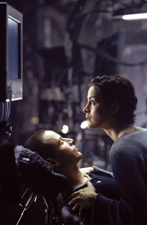 Trinity (Carrie-Anne Moss, r.) fleht Neo (Keanu Reeves, l.) an, zu fliehen. Doch er kann sie nicht hören, er ist in der Matrix ... - Bildquelle: Warner Bros. Pictures