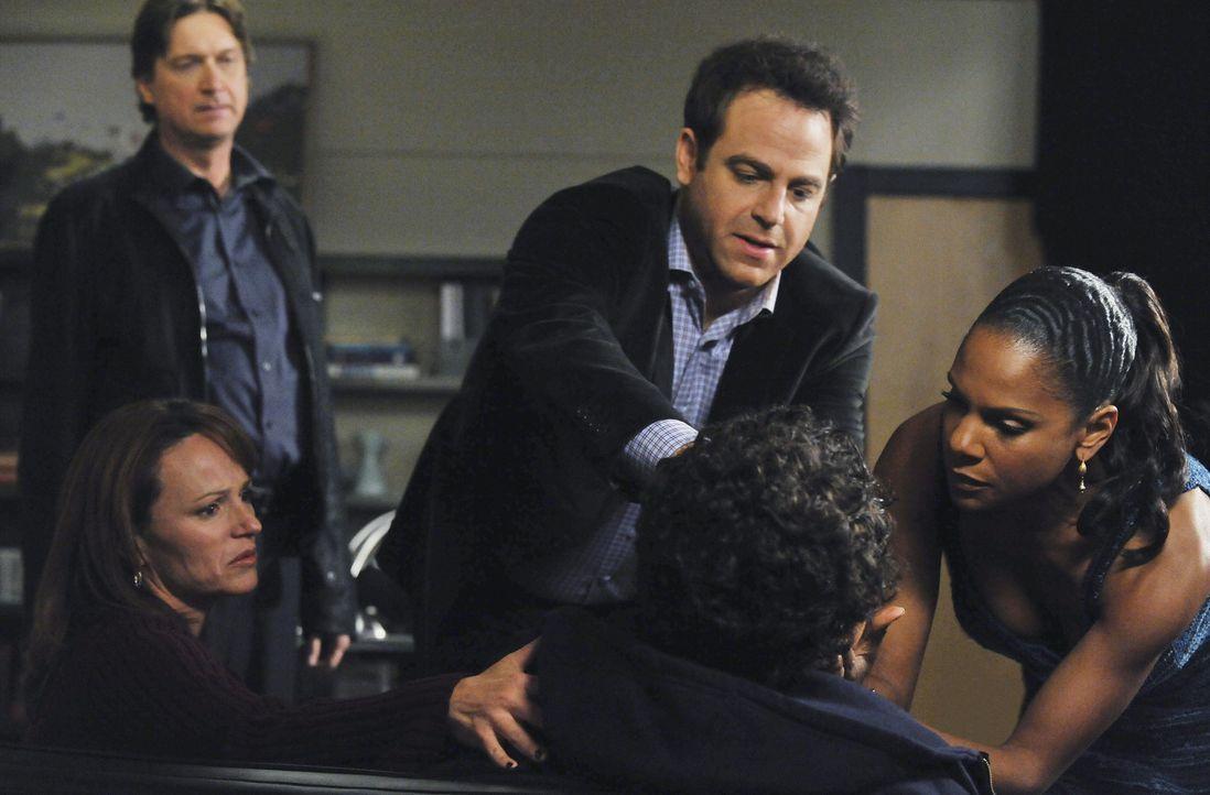 Während sich Addison mit ihrem Kinderwunsch auseinandersetzten muss, kümmern sich Naomi (Audra McDonald, r.) und Cooper (Paul Adelstein, M.) um Ju... - Bildquelle: ABC Studios